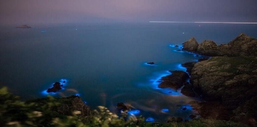 المياه الزرقاء المتلألئة